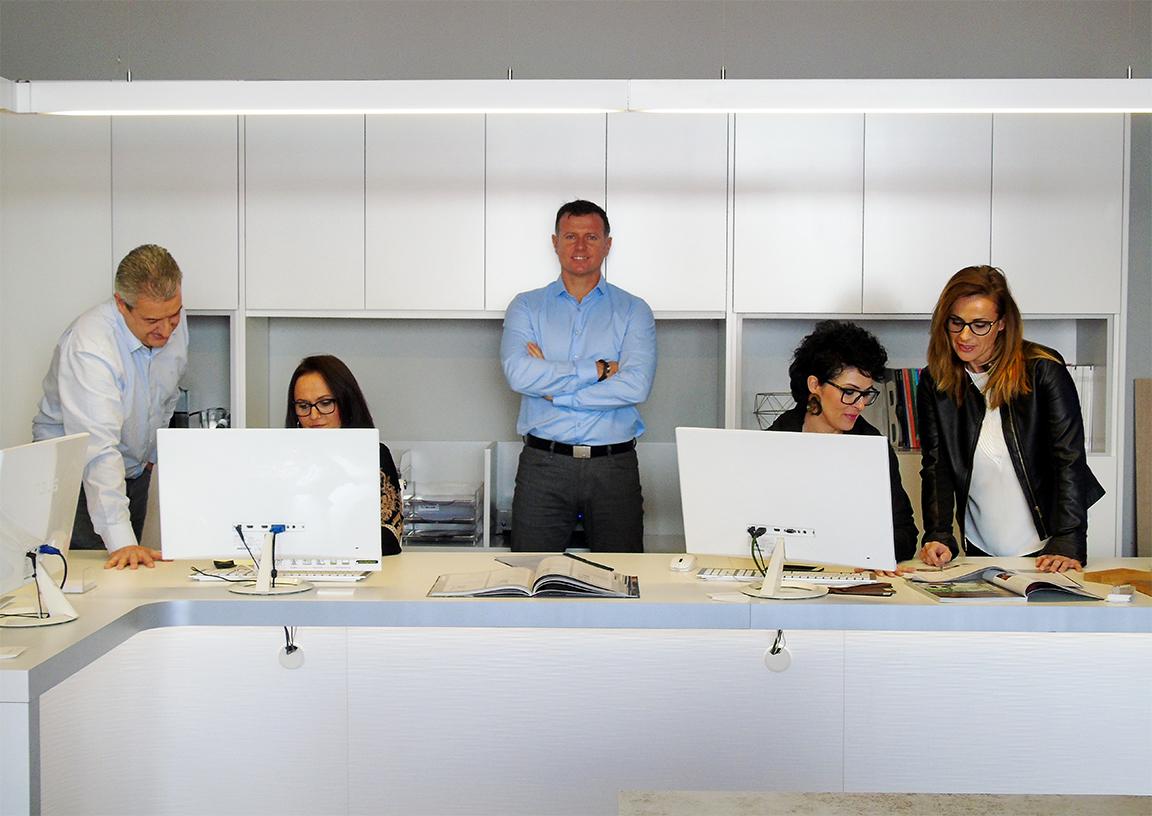 Equipo-Proyectos-Levante-en-oficina